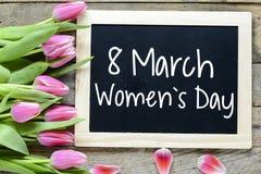 Der Tag der glücklichen Frauen mit Tulpen Stockbild