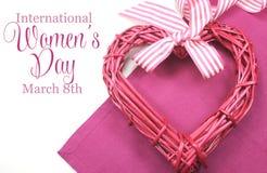 Der Tag der glücklichen internationalen Frauen, am 8. März, Herz und Text Stockfotografie