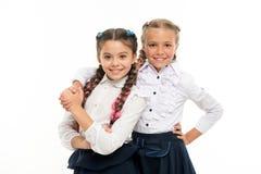 Der Tag der Kinder Zurück zu Schule Kindheitsglück Freundschaft und Schwesternschaft kleine Mädchenkinder mit dem perfekten Haar lizenzfreies stockfoto