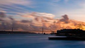 Der Tajo und Ponte 25. de Abril bei Sonnenuntergang - Lissabon Lizenzfreie Stockfotos