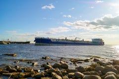 Der Tanker kommt den Hafen von St Petersburg stockfotografie