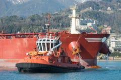 Der Tanker kommt im Hafen an Stockbild