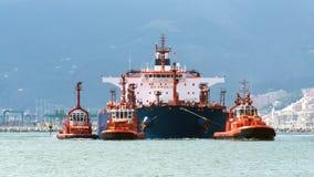 Der Tanker kommt im Hafen an Stockfotografie