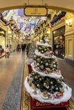 Der Tannenbaum des neuen Jahres mit Glaskugeln, Lebkuchen und kleinen Kuchen im GUMMI für Weihnachten und neues 2019-jähriges Rot lizenzfreies stockfoto