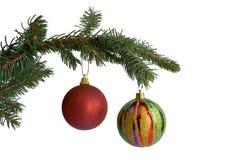 Der Tannenbaumzweig mit Weihnachtskugeln Lizenzfreie Stockbilder
