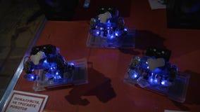 Der Tanz mit drei Robotern, verbreitete ihre Hände, setzt sich und ihre Köpfe zu rütteln hin stock video