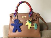 Der Taschengröße 28 Hermess Kelly Epsom-Leder in der Goldfarbe mit der Seide Schal kleines h twilly und Rodeo sacken Charme ein lizenzfreie stockfotos