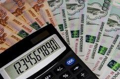 Der Taschenrechner auf dem Hintergrund des russischen Geldes Lizenzfreies Stockbild