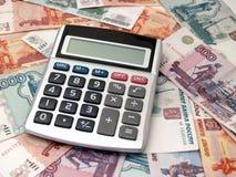 Der Taschenrechner liegt auf russischem Papiergeld lizenzfreies stockbild