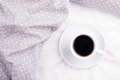 Der Tasse Kaffee auf Bett Stockfoto