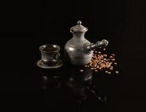 Der Tasse Kaffee und die Bohnen Stockfotos