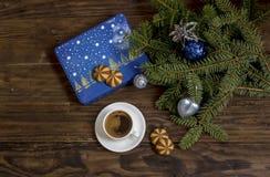 Der Tasse Kaffee und die Weihnachtsplätzchennahaufnahme stockbild