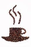 Der Tasse Kaffee wird von den Körnern ausgebreitet Lizenzfreie Stockfotos
