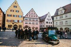 Der Tauber, Allemagne d'ob de Rothenburg, le 30 décembre 2016 : Il y a beaucoup de touristes sur la place principale de la ville  Photos stock
