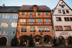 Der Tauber, Allemagne d'ob de Rothenburg, le 30 décembre 2016 : Une rue avec des boutiques et des hôtels pendant les vacances de  Image libre de droits