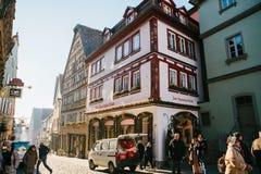 Der Tauber, Allemagne d'ob de Rothenburg, le 30 décembre 2016 : Une rue avec les boutiques décorées pendant les vacances de Noël Photo libre de droits