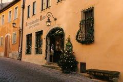 Der Tauber, Allemagne d'ob de Rothenburg, le 30 décembre 2016 : Une rue avec les boutiques décorées pendant les vacances de Noël Images libres de droits
