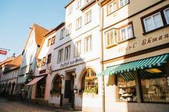 Der Tauber, Allemagne d'ob de Rothenburg, le 30 décembre 2016 : Une rue avec les boutiques décorées pendant les vacances de Noël  Images stock