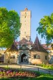 Der Tauber do ob de Rothenburg, torre do castelo e porta Fotos de Stock