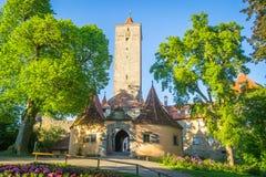 Der Tauber do ob de Rothenburg, torre do castelo e porta Fotografia de Stock