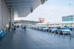 Der Taxistand vor internationalem Flughafen Prags an einem hellen sonnigen Tag mit vielen Taxis, die draußen warten lizenzfreies stockfoto