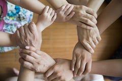 Der Teamwork Konzept Hand in Hand stockfotos