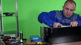 Der Techniker, der Computerhardware repariert, nehmen Stromversorgung im Labor heraus stock footage