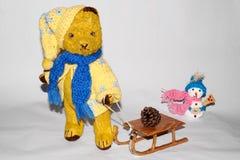 Der Teddybär Morulet zum Toboggan Lizenzfreie Stockfotos