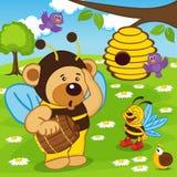 Der Teddybär, der als Biene gekleidet wird, geht für Honig Lizenzfreie Stockfotos