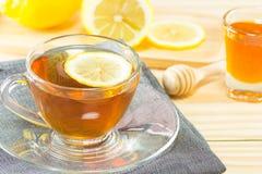 Der Tee mit Honig und Zitrone auf hölzernem Hintergrund, warmes Tonen, selec Stockfotografie