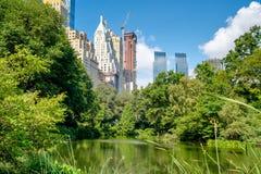 Der Teich im Central Park mit den Midtown Manhattan Skylinen stockfotografie