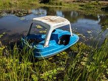 Der Teich und das kleine Boot lizenzfreies stockbild
