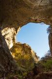 Der Teil der Höhle und der vibrierende blaue Himmel in Prohodna höhlen, Bulgarien aus Stockfotografie