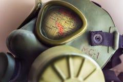 Der Teil der Weltkugel stellt durch ein WWII-Armee-Gasmaske-Herstellerunbekanntes dar Stockfoto