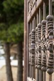 Der Teil der Eisentore curtained vor dem hintergrund der grünen Bäume Architektur stockfoto