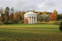 Der Tempel der Freundschaft in Pavlovsk-Park stockfotos
