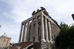 Der Tempel von Antoninus und von Faustina auf Forum romanun, Rom, ita Lizenzfreie Stockfotografie