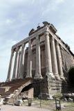 Der Tempel von Antoninus und von Faustina in Rom, Italien Stockbilder