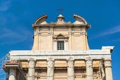 Der Tempel von Antoninus und von Faustina in Roman Forum, Rom Lizenzfreie Stockbilder