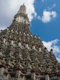 Der Tempel von Dawn Wat Arun und von blauem Himmel in Bangkok, Thailand Stockfotografie