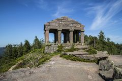 Der Tempel von Donon steht auf Berg Donon in den Vosges, Frankreich Lizenzfreie Stockfotografie