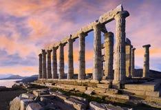 Der Tempel von Poseidon am Kap Sounion Bunter Sonnenuntergang mit schönem bewölktem Himmel lizenzfreies stockfoto