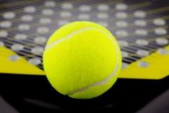 Der Tennisball liegt auf einem Schläger für das Spielen von Strandtennis stockfoto
