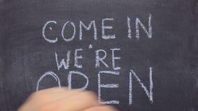 Der Text, der in sind uns gekommen wird, offen, geschrieben mit Kreide auf alte Tafel stock video