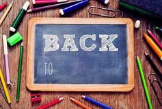 Der Text zurück zu der Schule geschrieben in eine Tafel stock video