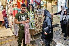 Der Textilverkäufer steht nahe seinem Speicher, Teheran, der Iran Stockfotografie