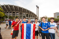 Der thailändische Fan warteten auf das Fußballspiel Stockbilder