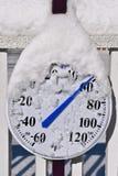 Der Thermometer, der durch Schnee bedeckt wird, liest 60 Grad Stockfotografie