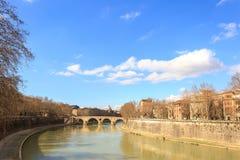 Der Tiber-Fluss, Brücke Sisto Schöne alte Fenster in Rom (Italien) Lizenzfreies Stockbild