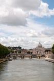 Der Tiber-Fluss mit St. Peters Basilica im Ba Lizenzfreie Stockbilder